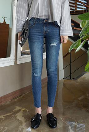 NA909 (25-34) <BR> Pretty Worn Jeans